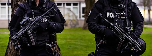 2016-01-26 08:23:27 AMSTERDAM - Agenten met mitrailleurs bij het Scheepvaartmuseum, waar de informele Justitie en Binnenlandse Zaken (JBZ) Raad gehouden wordt. ANP REMKO DE WAAL